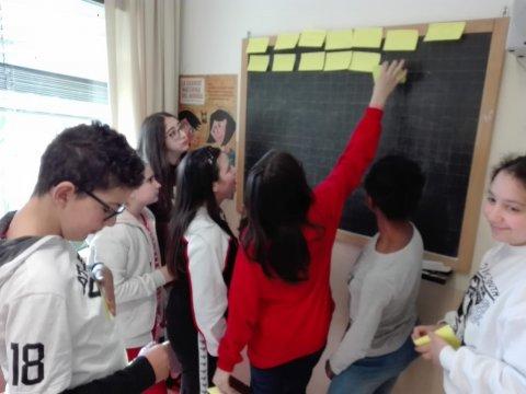 I ragazzi della scuola media di Miramare si parla con una biologa marina